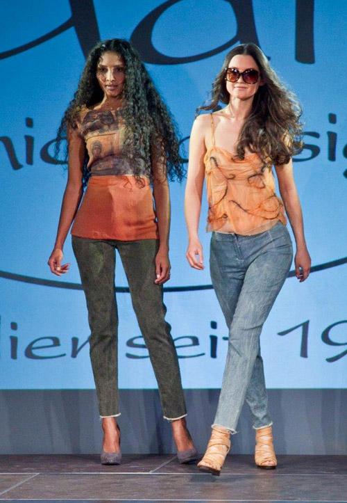 Modenschau Jeans-Modelle
