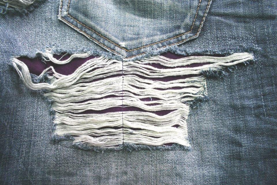 Poppige Männerhose / Reparatur von Riss unter Gesässtasche